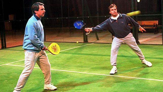 Jose María Aznar y Carlos Sainz jugando a pádel en los 90s